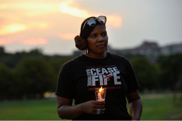 Une habitante manifeste dans la rue pour demander la fin des violences à Baltimore.