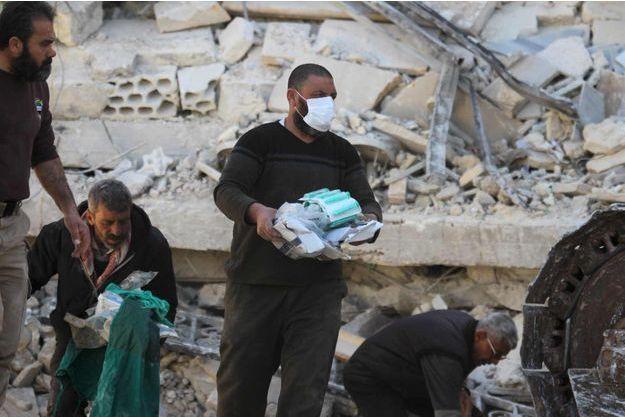 Distribution de fournitures médicales dans les ruines de l'hôpital Ma'arat Al Numan, qui a été la cible de frappes lundi.