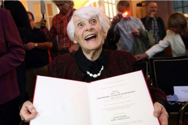 Ingeborg Syllm-Rapoport photographiée ce mardi, son diplôme entre les mains.