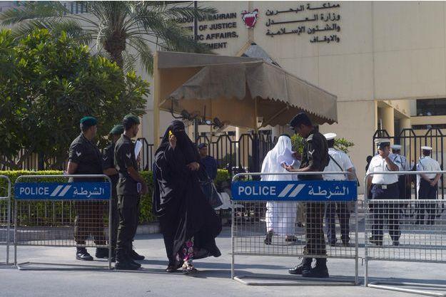 Devant la cour de justice de Manama, à Bahreïn.