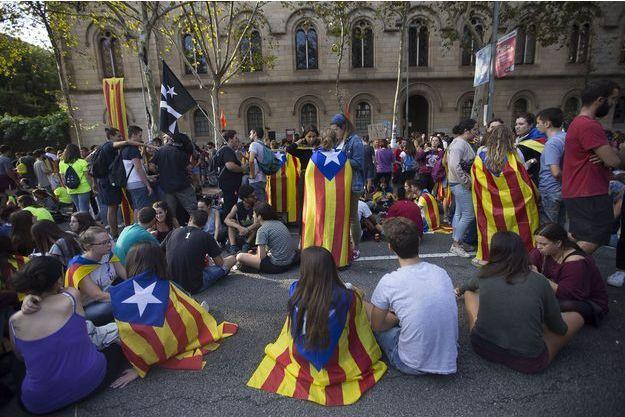 """Des dizaines d'étudiants se tiennent devant l'université de Barcelone pour que le """"oui"""" l'emporte lors du référendum d'indépendance de Catalogne, prévu le 1er octobre."""