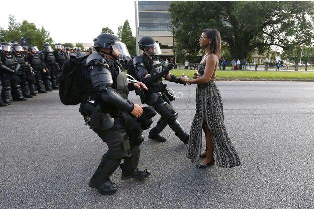 Ieshia Evans, seule face à des policiers de Baton Rouge, samedi.
