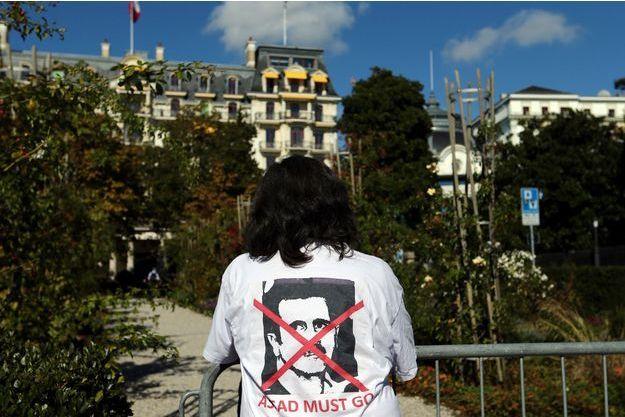 A Lausanne, une femme porte un tshirt sur lequel la tête de Bachar al-Assad est barrée.