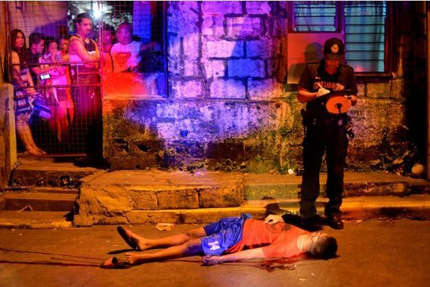 La police constate le meurtre de Mark Lunag, un toxicomane récemment sorti de prison, abattu par des inconnus à Manille en novembre dernier.
