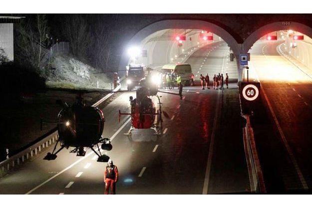 Huit hélicoptères ont été déployés, et plus de 200 personnes pour venir en aide aux rescapés de ce tragique accident.