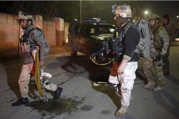 Des membres de l'Unité de réponse à la crise afghane arrivant sur les lieux de l'attaque.