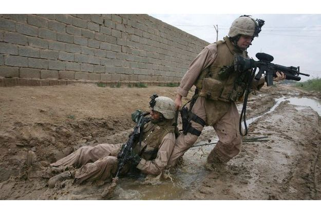 Photo prise par João Silva en 2006 lors d'un reportageau milieu des combats en Irak, au nord-ouest de Bagdad.. Le sergent Jesse Leach des marines traîne hors de portée des snipers un autre marine blessé par une balle qui a traversé sa poitrine et son bras droit.