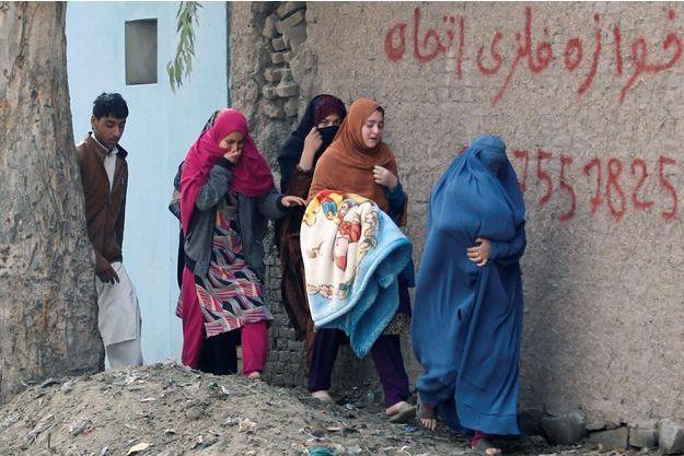 Des femmes fuient les lieux où se déroule l'attaque.