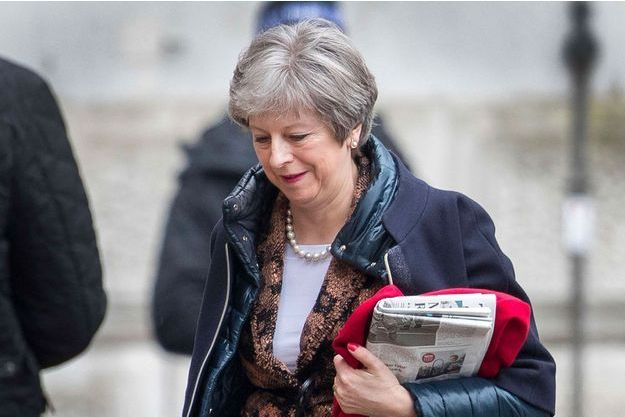 Theresa May arrive à Downing Street, lundi.