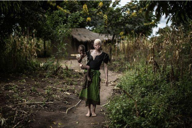Mainasi Issa, 23 ans, et sa fille, à Nkole, au Malawi.