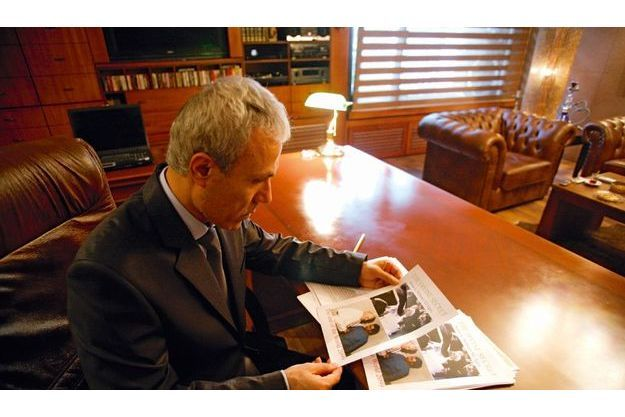 Chez son avocat,  le 28juillet, Ali Agça  se penche sur les projets de couverture de son livre  « Le secret divin ».  Il doit révéler quel gouvernement a commandité l'attentat contre Jean-Paul II.