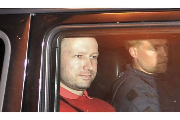 lundi 25juillet, Anders Behring Breivik, transporté  en voiture blindée, adresse un sourire aux photographes qui attendaient sa sortie du tribunal d'Oslo où il a comparu.