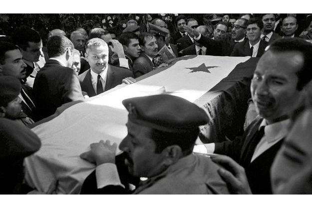 Le Prix Nobel de la paix est mort honni par les siens, parce qu'il avait sincèrement cru à la paix. L'Occident est sous le choc