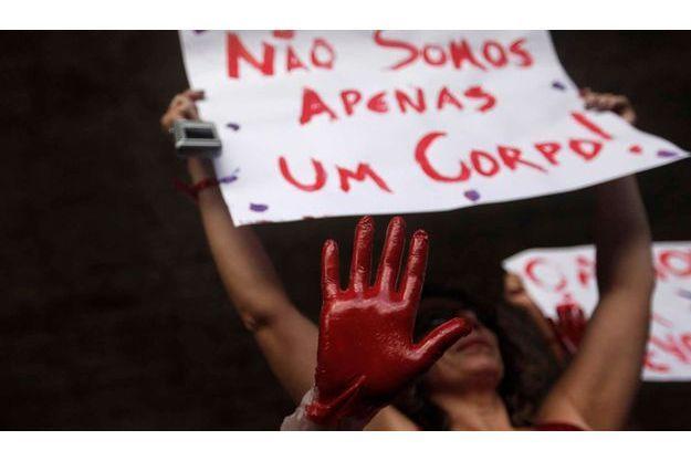 """Des Brésiliennes défilant dans le cadre de la campagne de l'ONU """"One Billion Rising"""", contre les violences faites aux femmes."""