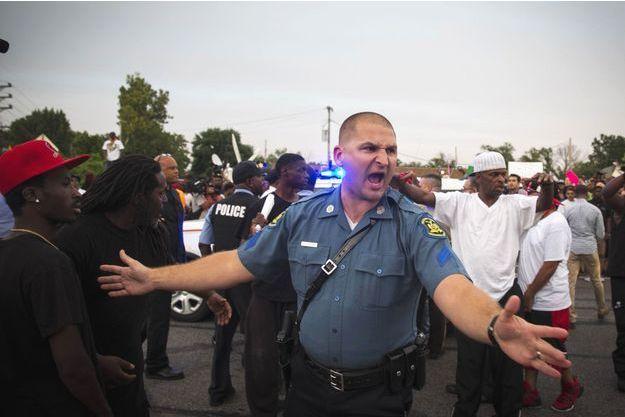 Un policier, lors des émeutes survenues mi-août à Ferguson.