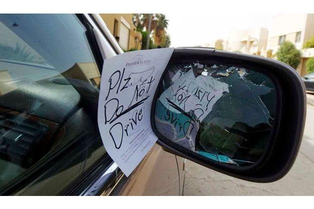 """Ce petit mot laissé sur le rétroviseur d'une voiture appartenant apparemment à une femme (""""SVP ne conduisez pas"""") prouve qu'il reste du chemin à parcourir en terme de droit des femmes en Arabie Saoudite."""