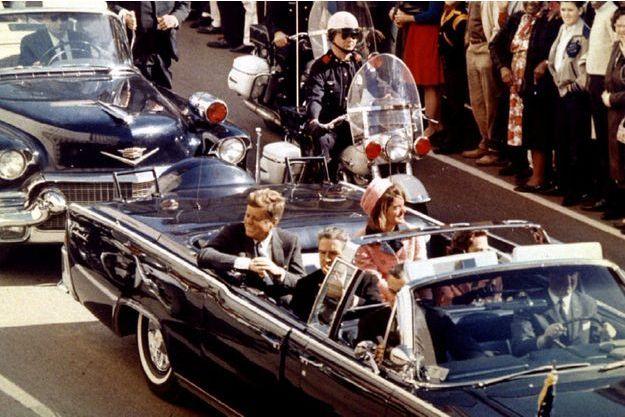 John F. Kennedy et son épouse Jackie quelques moments avant son assassinat à Dallas, en 1963.