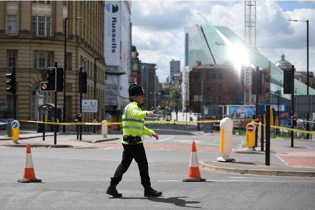 Un policier verrouille le quartier autour de la Manchester Arena.