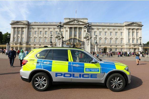 Un véhicule de patrouille devant Buckingham.