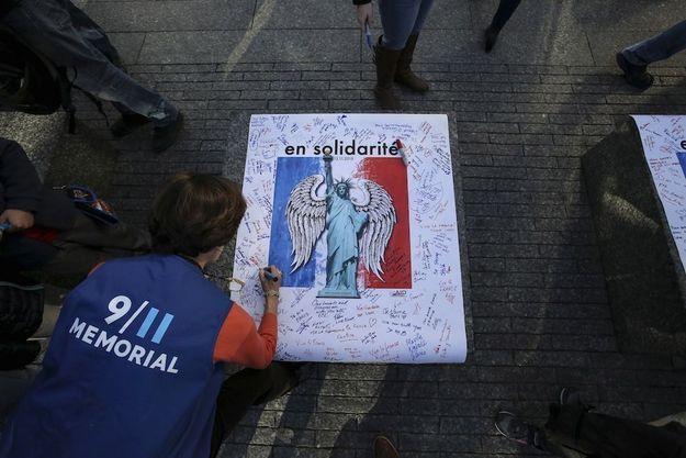 Le 16 novembre. Cérémonie d'hommage aux victimes des attentats de Paris au mémorial du 11 septembre 2001.