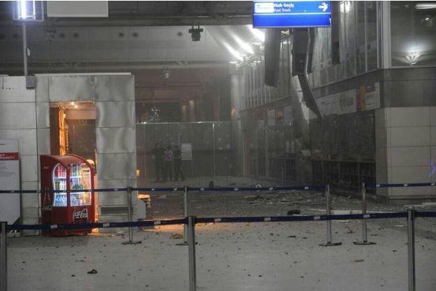 Le hall de l'aéroport après l'explosion