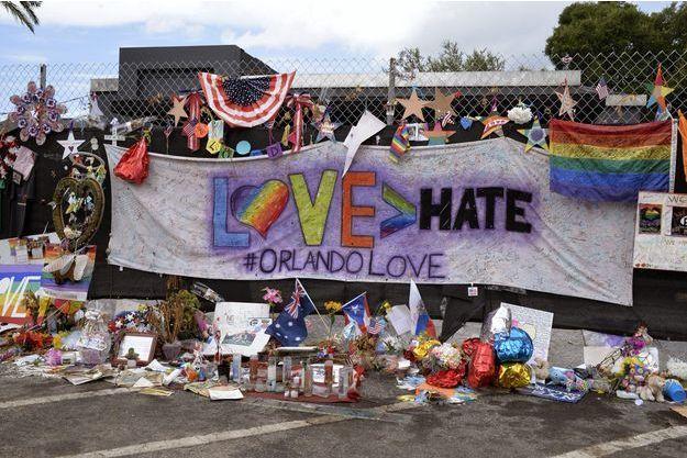 """Hommage aux victimes, un mois après l'attaque de la discothèque gay """"Pulse"""" à Orlando."""