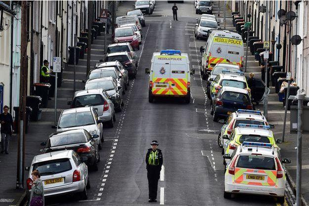 La police britannique lors de la fouille d'une maison après l'arrestation de trois hommes à Newport, Pays-de-Galles.
