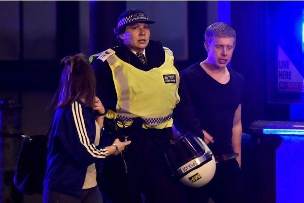 La police a aidé les nombreux blessés dans les rues de Londres.