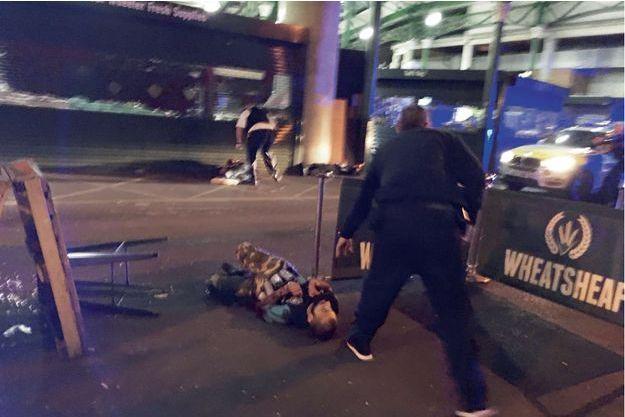 Samedi 3 juin. Devant le pub Wheatsheaf, dans le quartier de Borough Market. Aux pieds des policiers, les trois terroristes, équipés de fausses ceintures d'explosifs.