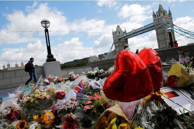 Des fleurs déposées pour les victimes du London Bridge, à Londres.