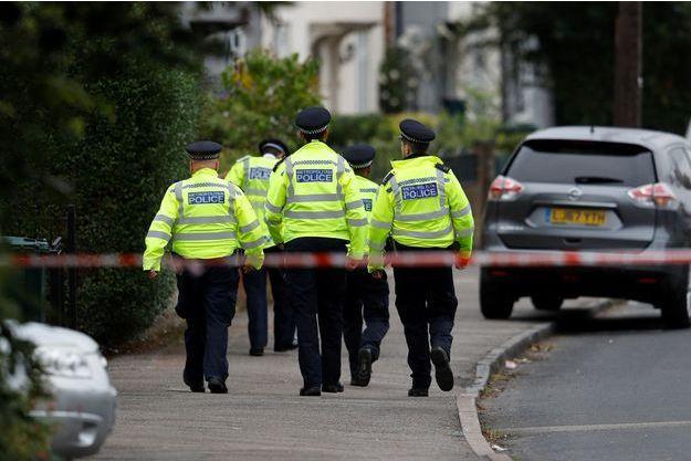 Des policiers anglais à Sunbury-on-Thames, où une perquisition a eu lieu samedi.