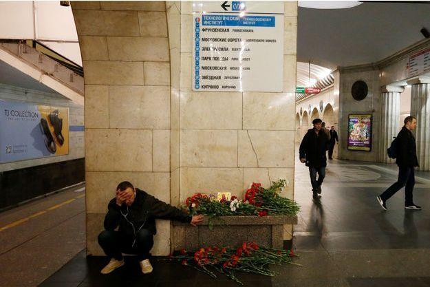 Un homme à la station de métro Tekhnologuitcheski Institout, à Saint-Pétersbourg, le 4 avril 2017.