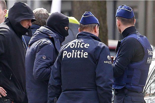 Les deux inculpés auraient un lien avec la location de l'adresse de la rue des Casernes à Etterbeek, perquisitionnée samedi.