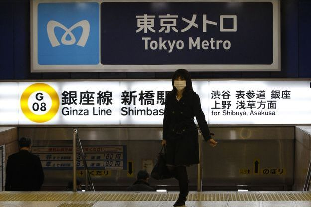 Une femme dans le métro de Tokyo, en mars 2011 (image d'illustration).
