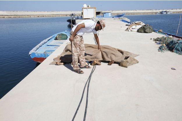 Au moins 200 migrants sont morts dans le naufrage de leur bateau au large de la Libye. Certains corps ont été repêchés et ramenés au port de Garabulli, près de Tripoli.