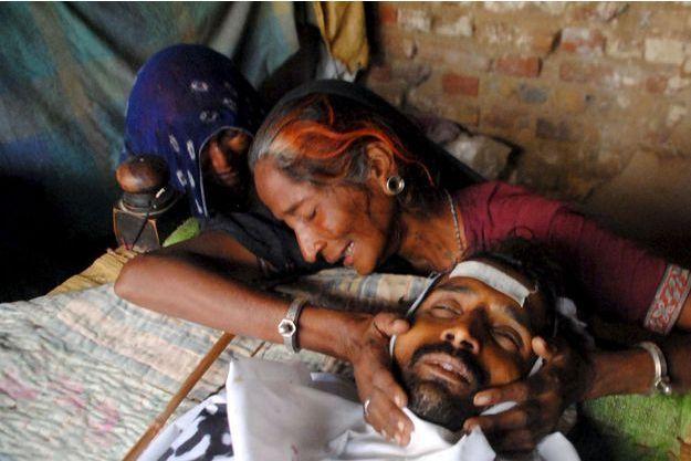 Une femme pleure un homme victime de l'alcool frelaté de Tando Muhammad Khan, une ville située dans le sud du Pakistan.
