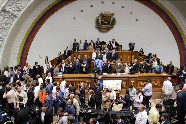 Des partisans de Nicolas Maduro ont fait irruption dans le Parlement vénézuélien dimanche.