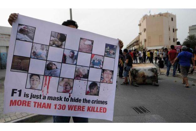 """""""La F1 est juste un masque pour cacher les crimes. Plus de 130 (personnes) ont été tuées"""", dit la bannière de ce manifestant."""
