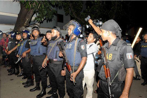 Des policiers après la fusillade dans le restaurant, à Dacca, vendredi.
