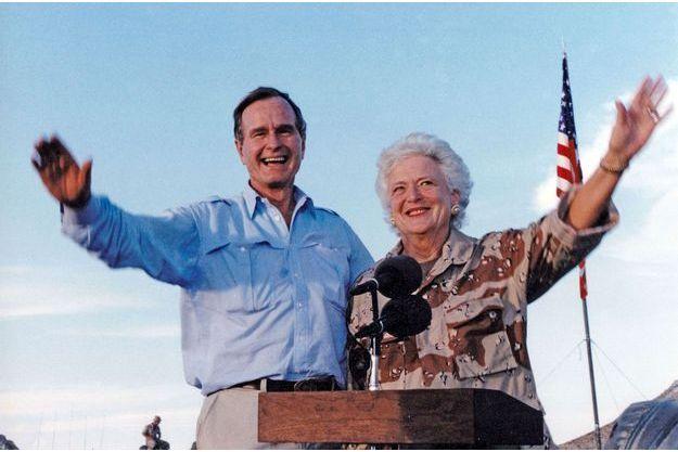 George H.W. Bush et Barbara Bush lors de la visite d'une base militaire en Arabie saoudite en novembre 1990.