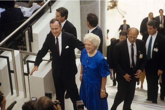 Les chefs d'état et de gouvernement invités pour les fêtes du Bicentenaire de la révolution française et à la Conférence au sommet des pays les plus riches : cocktail donné le 13 juillet 1989 au soir à l'Opéra-Bastille. Arrivée de George et Barbara Bush.