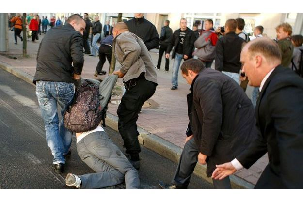Des policiers en civil arrêtent un manifestant participant à la « Révolution par le réseau social », le 3 juillet dernier à Minsk.