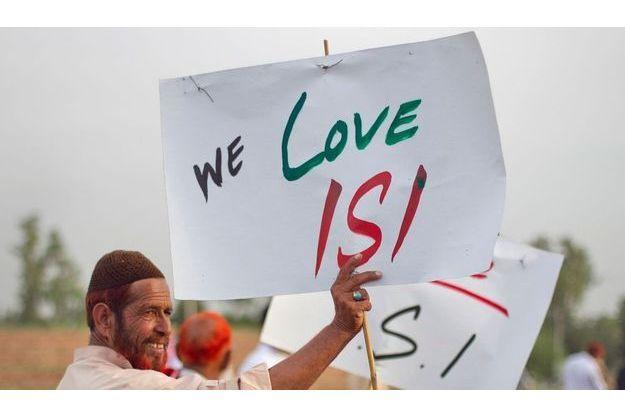 Un Pakistanais manifeste en mai dernier, pour soutenir l'ISI, les services secrets du pays.