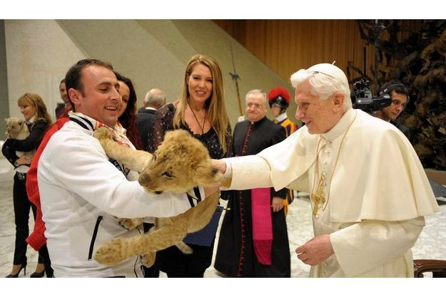 Le 1er décembre 2012, Benoît XVI a reçu en audience des musiciens et des artistes de cirque. L'occasion pour le Saint-Père de caresser la tête d'un jeune tigre.