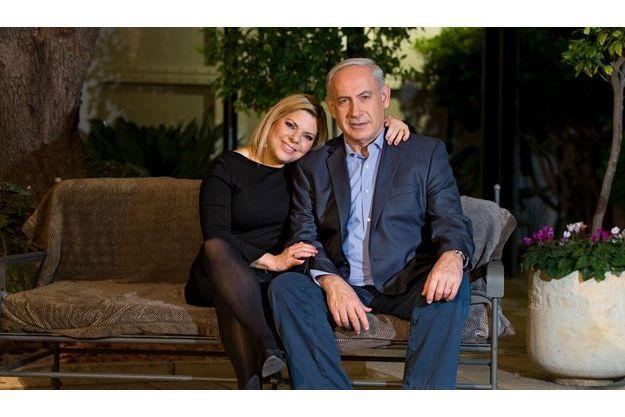 Avec sa femme, Sara, dans le salon de leur résidence officielle. C'est sur ce canapé qu'il lit la Bible, chaque shabbat.
