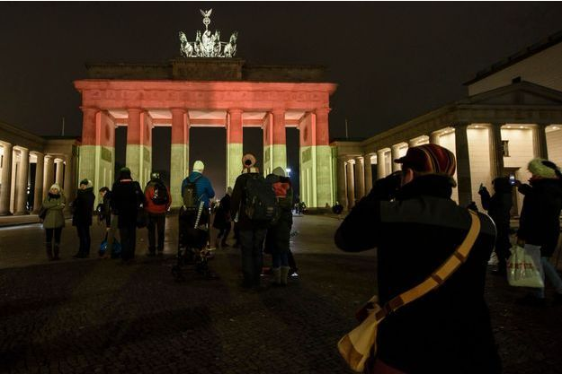 La Porte de Brandebourg porte les couleurs du drapeau allemand en signe de deuil, à Berlin, mardi soir.