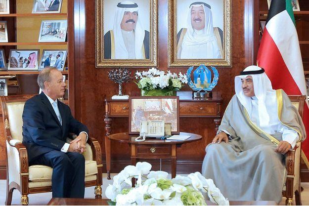 Bertrand Besancenot en compagnie du ministre des Affaires étrangères du Koweit, le Cheikh Sabah al-Khaled al-Sabah.