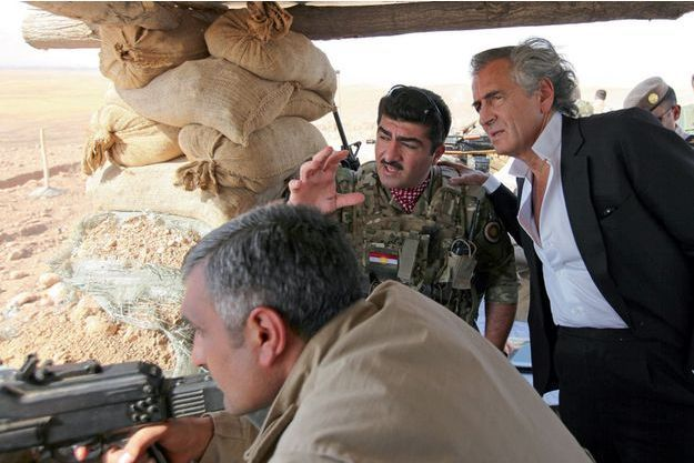 Makhmur, Kurdistan. Bernard-Henri Lévy avec le général Sirwan Barzani dans un poste, à 56 kilomètres de Mossoul.