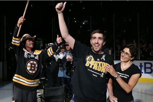 En juin dernier, deux mois après l'attentat, Carlos Arredondo et Jeff Bauman donnaient le coup d'envoi de la finale de la Stanley Cup à Boston.
