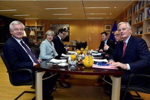 Le ministre britannique du Brexit, David Davis, le Premier ministre, Theresa May, le président de la Commission européenne, Jean-Claude Juncker et le négociateur européen du Brexit, Michel Barnier.
